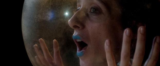Le visage de la comédienne Juliette Plihon dans une bulle poétique, dans le spectacle Vox, par la Compagnie La Balbutie